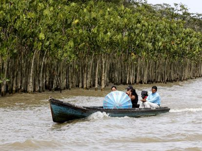Paraenses chegam de barco em Belém para votar no segundo turno.