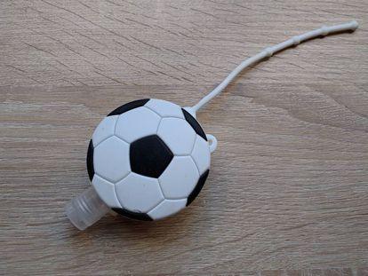 Um fantástico tubo de álcool gel camuflado de bola de futebol.