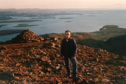 Carles Lalueza-Fox em uma foto de 2001, com Reykjavik ao fundo.