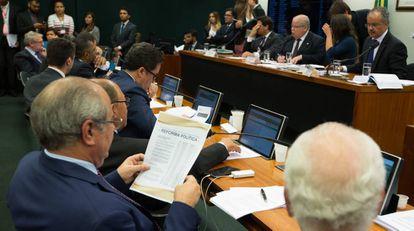 Deputados na comissão que discute a reforma política.