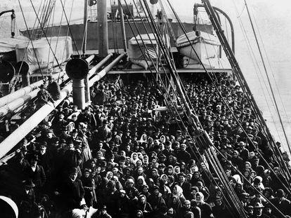 Navio com migrantes em direção a Ellis Island, em 1906.
