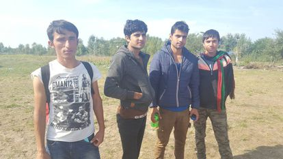 No centro, entre dois jovens compatriotas, os afegãos Nagib Bula e Ahmed Khan em um campo perto de Horgos (Sérvia).