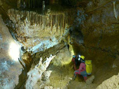 A expedição avança com equipamentos para oxigenação na gruta CJ-3.