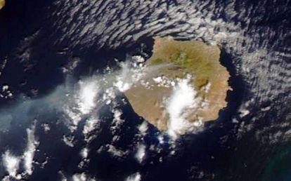 Coluna de fumaça do incêndio, em uma imagem do satélite Terra.