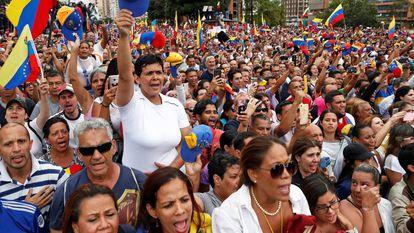 Opositores a Maduro durante a declaração de Guaidó como presidente interino da Venezuela.