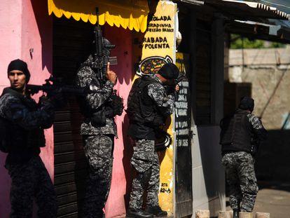 Policiais fluminenses participam de uma operação na favela do Jacarezinho, em território dominado pela facção Comando Vermelho, em 6 de maio.