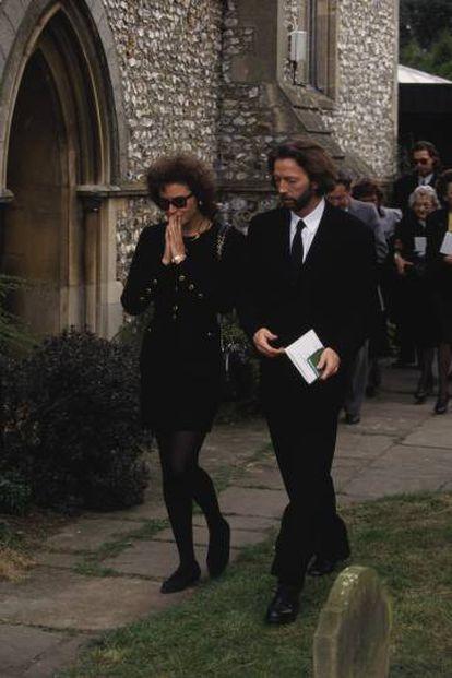 Lory del Santo e Eric Clapton no funeral de Conor, na igreja de Santa Maria Madalena, em Surrey (cidade de Clapton), em 1991.