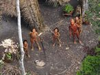 Miembros de una tribu aislada del Amazonas brasileño.