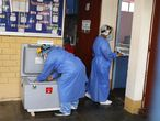 Sanitarios preparan dosis para vacunar contra la covid-19 el pasado 20 de febrero.