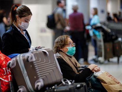 Passageiros usam máscaras no aeroporto de Guarulhos, em São Paulo.