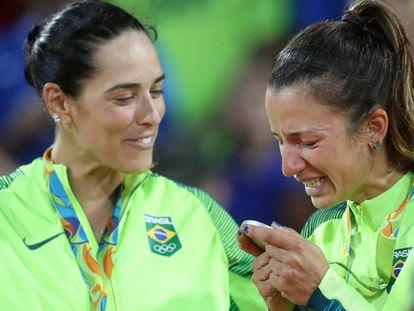 Ágatha e Bárbara recebem a prata.