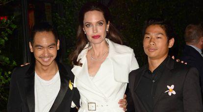 Angelina Jolie com os filhos Maddox (à esquerda) e Pax, durante o fim de semana, em Nova York