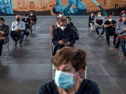 Pessoas esperam sentadas para descartar efeitos secundários após receber a vacina da AstraZeneca, na quarta-feira passada, em Ourense (Espanha).