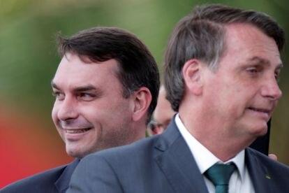 Flávio e Jair Bolsonaro em dezembro do ano passado.