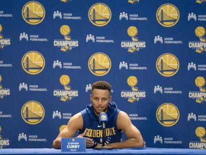 O jogador da NBA Stephen Curry durante uma coletiva de imprensa em Oakland.