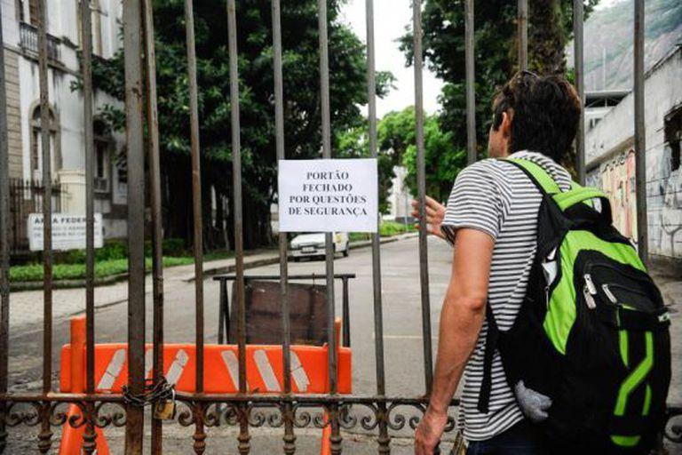 UFRJ suspende atividades por falta de pagamentos de funcionários terceirizados de limpeza, vigilância e manutenção.