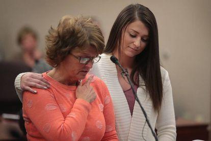 A mãe de uma das vítimas lê um texto perante a juíza.