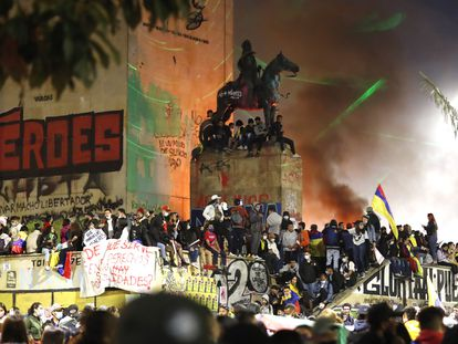 Centenas de pessoas se concentram no Monumento dos Heróis em Bogotá (Colômbia), em 15 de maio de 2021.