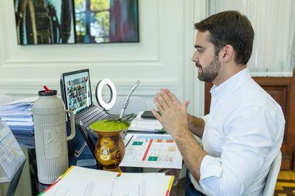 O governador gaúcho, Eduardo Leite, em uma reunião virtual no início de maio, em seu gabinete.