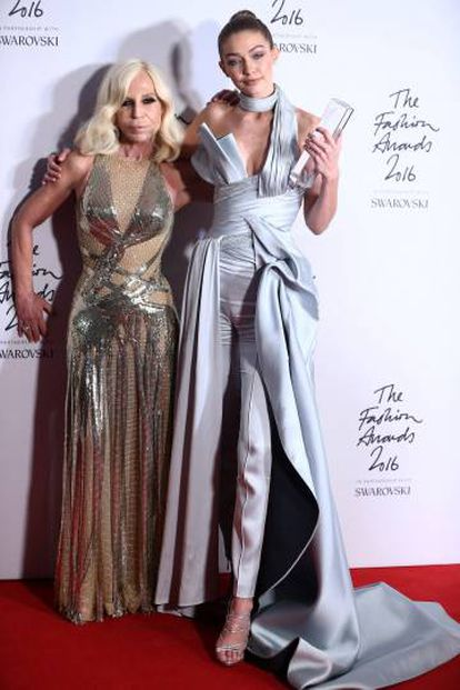 Gigi Hadid e Donatella Versace, quando recebeu o prêmio de melhor modelo de 2016, em dezembro em Londres.