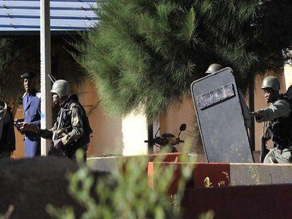 Tropas malieneses toman posiciones fuera del hotel asaltado en Bamako.