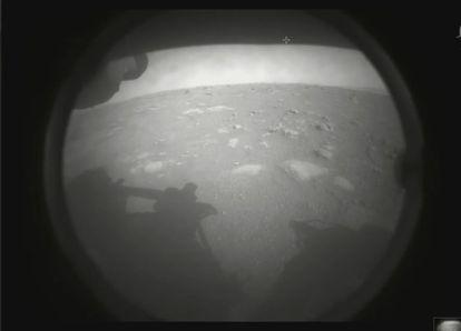 Uma das primeiras imagens da 'Perseverance' feitas na superfície de Marte.