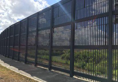 A cerca, na passada quinta-feira, de uns seis metros que separa Brownsville (Texas) do Rio Grande e de Matamoros (México)