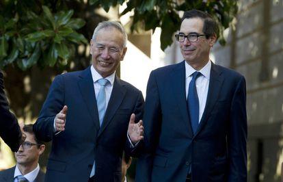 O vice-primeiro-ministro chinês Liu He com o secretário de Estado dos EUA, Steven Mnuchin, na sexta-feira em Washington.