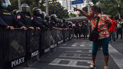 Imigrantes birmaneses protestam em Bangcoc (na Tailândia) horas após a confirmação da prisão da Nobel da Paz Aung San Suu Kyi, em Mianmar. Internet funciona no país, mas comunicações telefônicas com Mianmar estão interrompidas nesta segunda-feira.