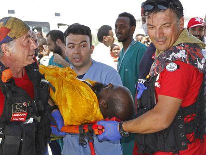 Médicos turcos transportam um somali ferido