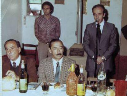 Jorge Videla (centro) e Orlando Agosti (esquerda) participam da Festa Nacional do Salame em Mercedes, província de Buenos Aires.