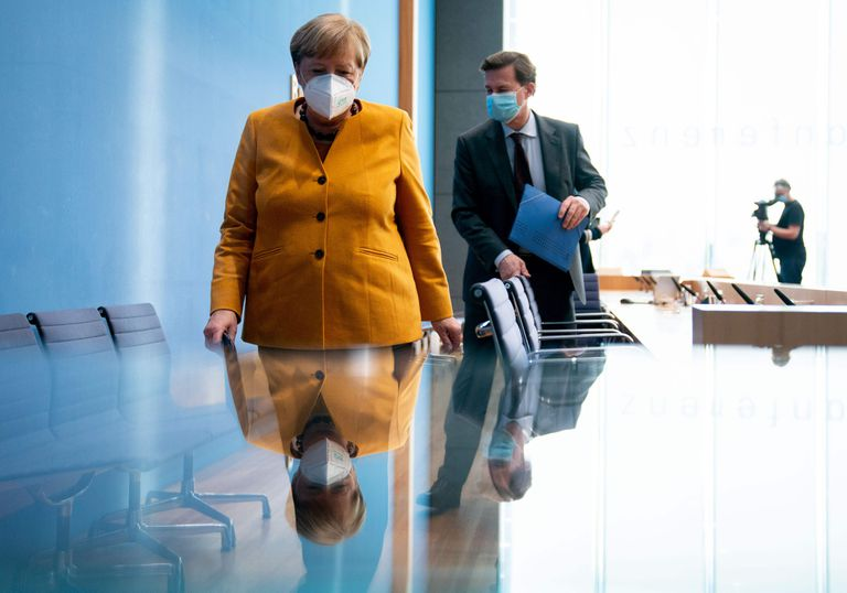 Angela Merkel e o porta-voz do Governo alemão, Steffen Seibert, após uma entrevista coletiva em Berlim, em novembro.