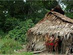 Mulheres Yanomami com seus filhos na maloca Papiú, uma das aldeias mais afetadas pelo garimpo da década de 80. A área onde ela fica voltou a ser alvo de garimpeiros, que aliciam índios e abusam de meninas.