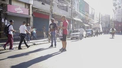 Ambulantes na 25 de Março, escapando da fiscalização.