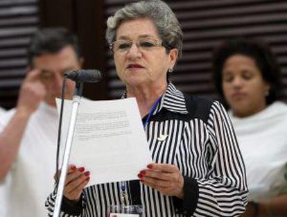 Nelly González, mãe de um assassinado pelas FARC, lê seu depoimento.