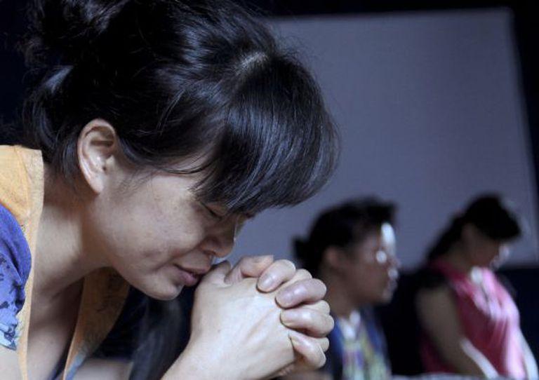 Mulheres rezam em igreja cristã no leste da China.
