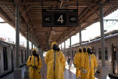 Soldados em formação antes de desinfectar trens em uma estação do Rio de Janeiro.