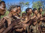 Un grupo de bosquimanos canta en Grashoek, Namibia.