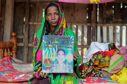 Mosammat Rashida com uma foto de seu marido em Shyamnagar, Bangladesh.