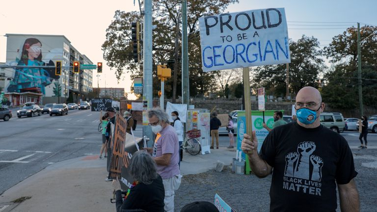 Morador de Atlanta em uma manifestação contra Donald Trump, nesta sexta-feira.