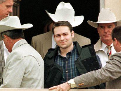 John William King, ao centro, após ser condenado à morte, em 1999. Em vídeo, declarações das autoridades texanas e da irmã da vítima de King após sua execução (em inglês).
