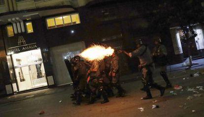 Policial dispara contra manifestantes em São Paulo, no dia 16