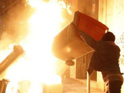 """Queremos que o bairro queime e que todo mundo fique sabendo"""", grita um manifestante no protesto contra a morte de um vendedor ambulante"""