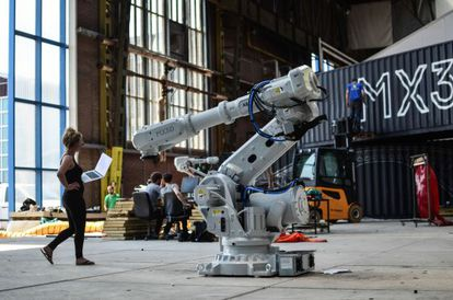 Um dos robôs-impressora capaz de imprimir em aço.