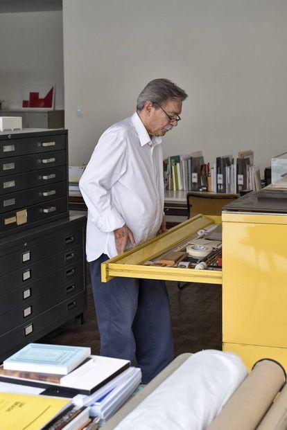 Paulo Mendes da Rocha, fotografado para El PAÍS em seu estudo de São Paulo.