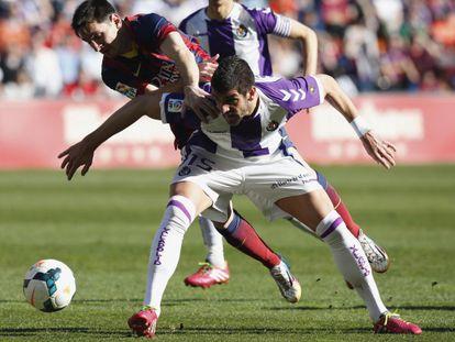 Mitrovic impede o avanço de Messi.