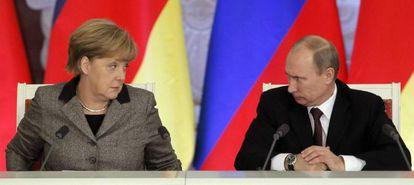 Vladimir Putin e Angela Merkel durante uma coletiva em 2012.