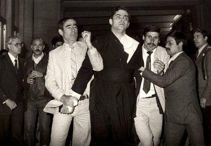 Momento em que Juan Fernández Krohn é detido em Fátima em 1982. AP