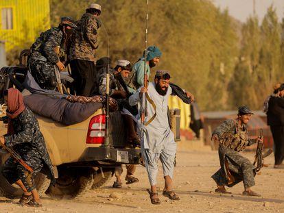 Combatentes talibãs visitam um parque de diversões nos arredores de Cabul nesta sexta-feira.