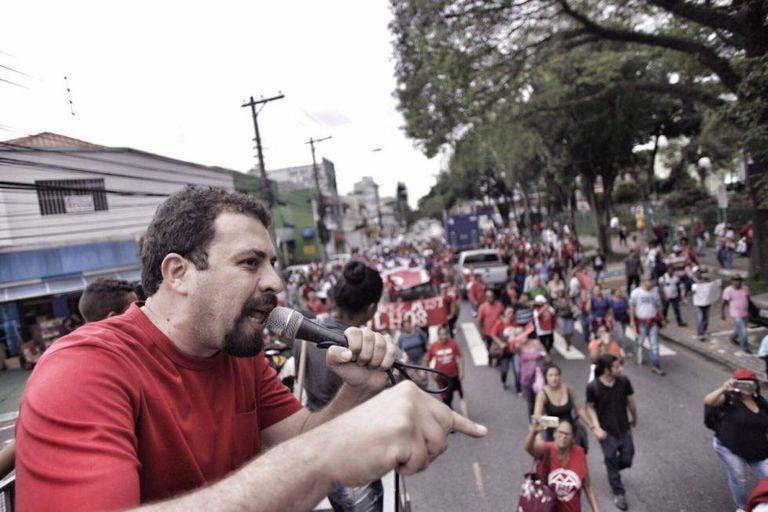 Guilherme Boulos discursa durante ato, em abril.